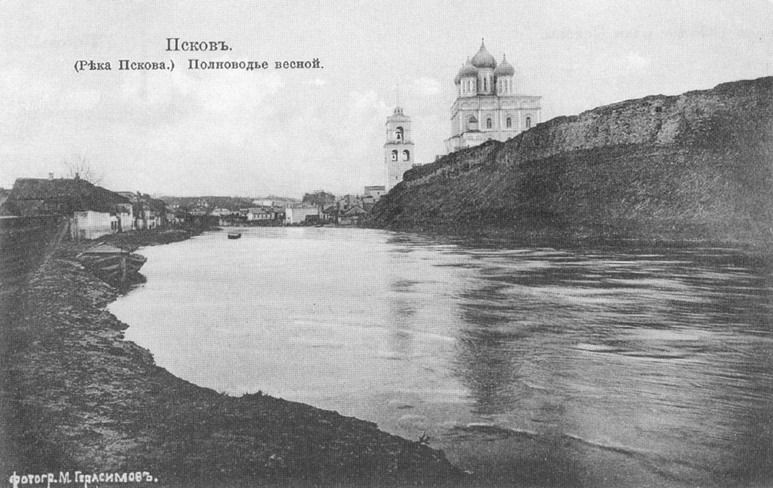 Псков. Река Пскова. Полноводье весной.