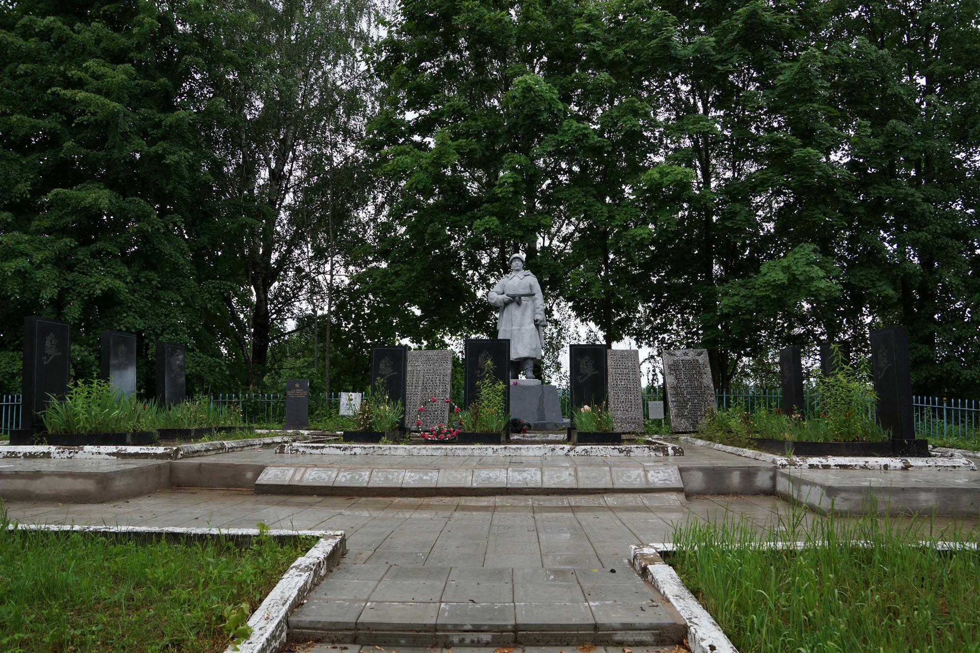 Дворцы, Бежаницкий район, Псковская волость. Братская могила.