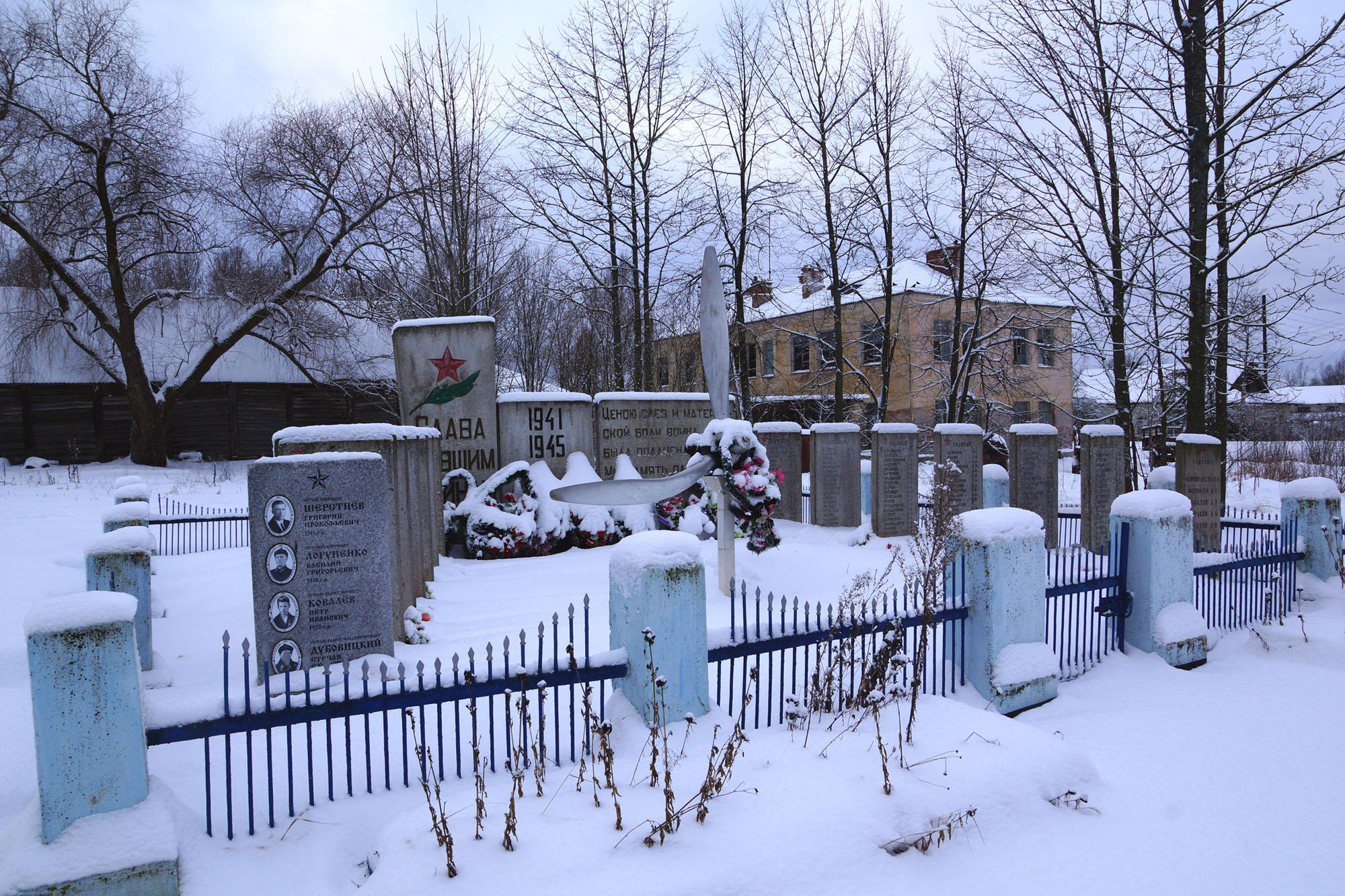 С. Чихачево (парк у Дома культуры), Бежаницкий район, Псковская область. Братская могила.